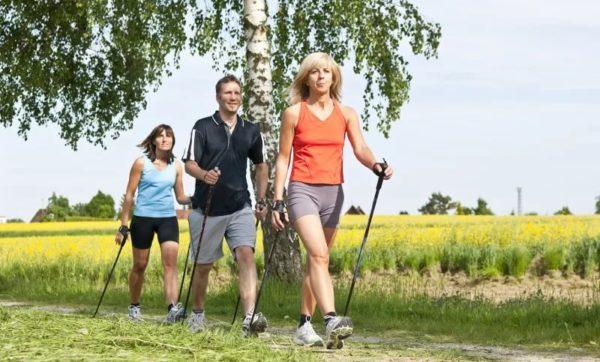 Пять плюсов скандинавской ходьбы